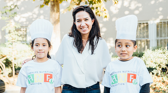 Jenny con niños de HNF